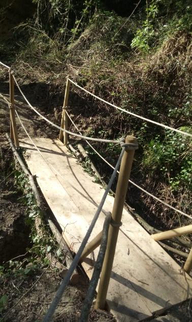 Passagio in legno sul fosso a monte dell'Eremo dei Frati Bianchi