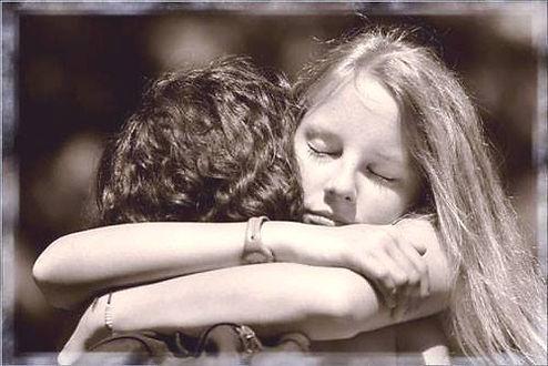 abbraccio di conforto tra due persone