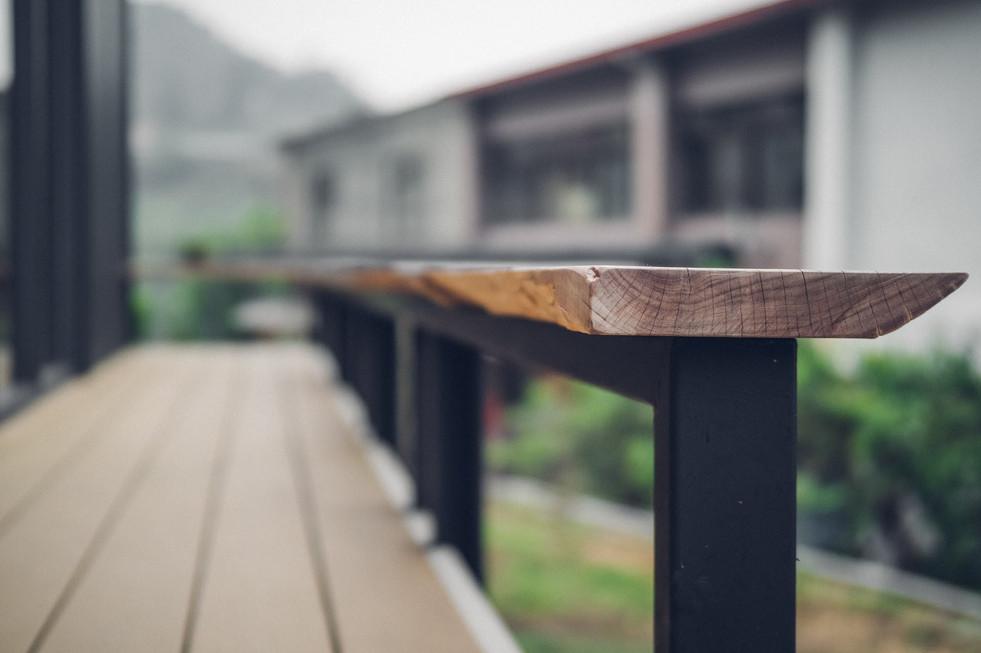 50三角鐵茶屋舊有木板改造圍欄長板凳.jpg