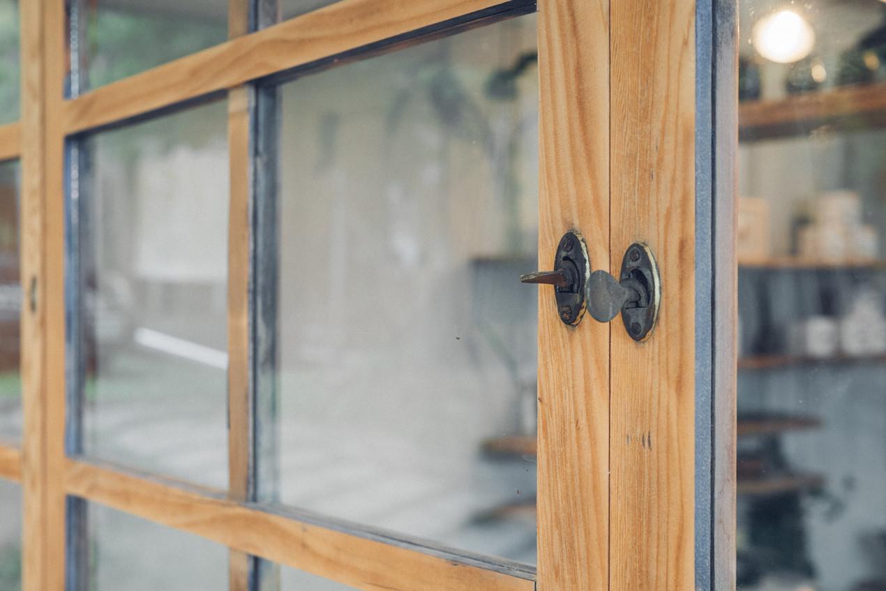 53三角鐵茶屋舊有窗戶重生利用.jpg