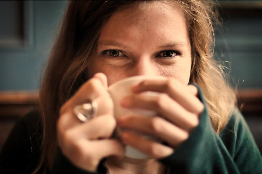 Une jeune femme buvant un café