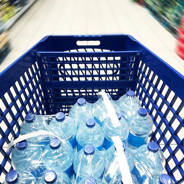 spesa bottiglia acqua