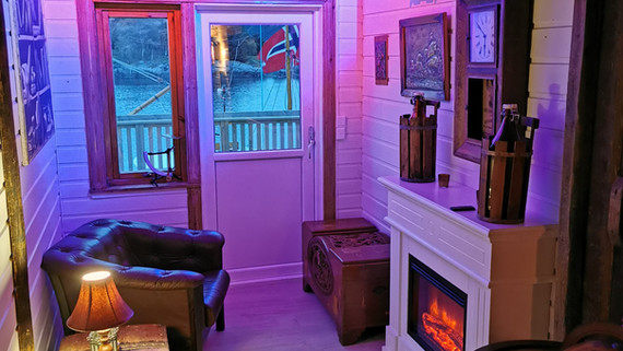 Lounge med elektrisk peis
