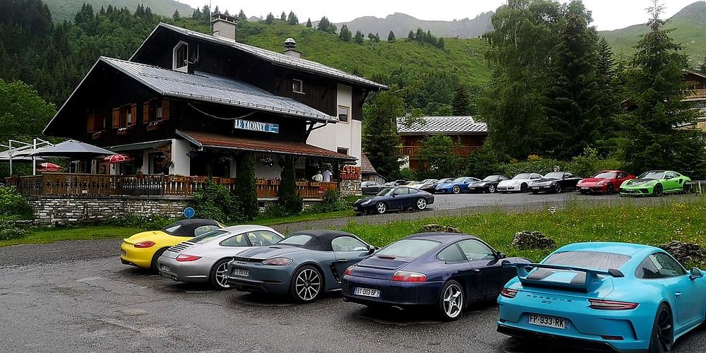 Le Taconet affichait complet pour le service du midi !  Le parking aussi était complet, 22 véhicules ! Tous des Porsches !