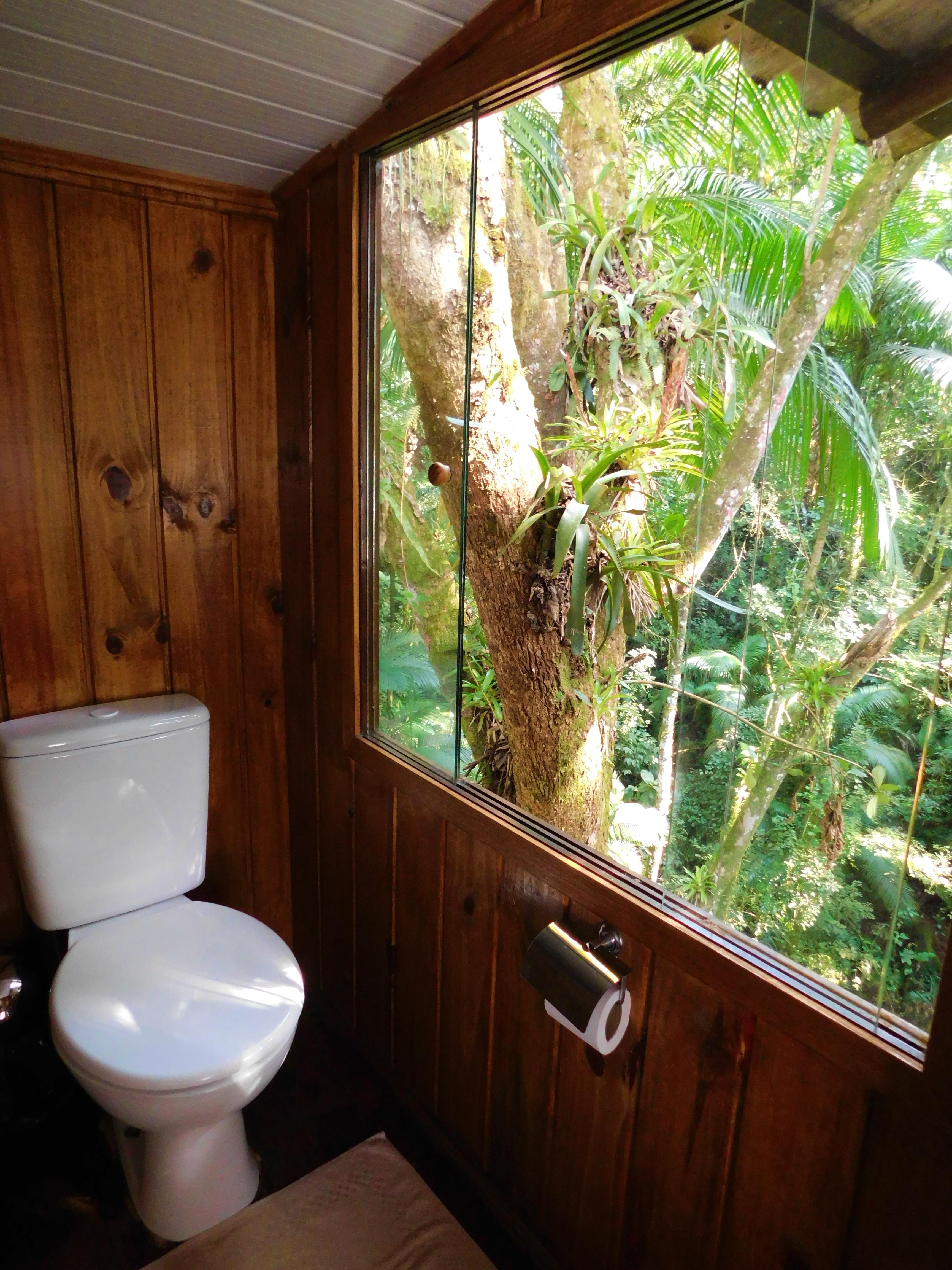 banheiro compartilhado com uma bela vist