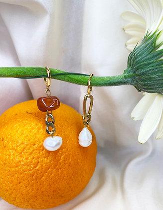 Boucles d'oreilles asymétriques ornées de perles et cornaline