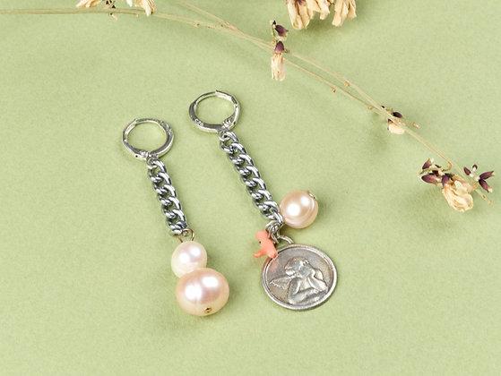 Boucles d'oreilles ornées d'une médaille, perles et corail