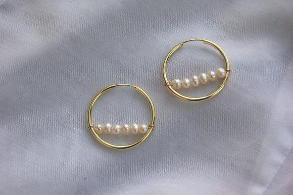 Créoles ornées d'une barre de perles