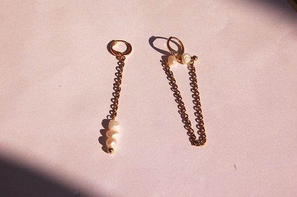 Boucles d'oreilles asymétriques ornées de petites perles