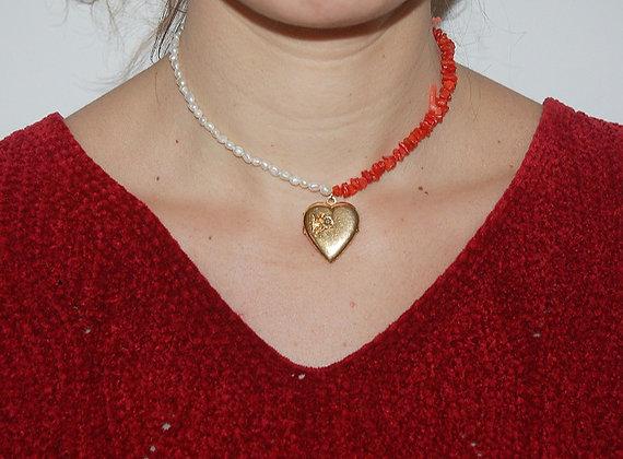 Collier bicolore perles et coraux orné d'un pendentif coeur