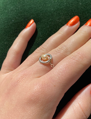 Bague ornée d'un anneau perlé
