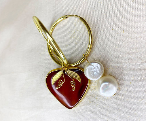 Créoles asymétriques ornées d'un pendentif fruit et perles