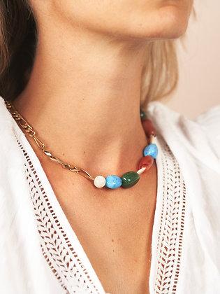 Collier asymétrique orné de pierres semi-précieuses multicolores