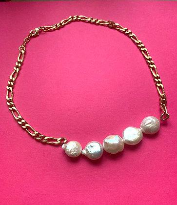 Collier orné de 5 perles plates