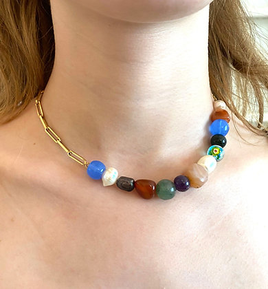 Collier asymétrique orné de pierres multicolores