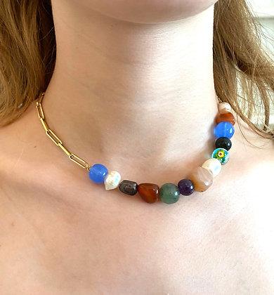 Collier asymétrique orné de pierres multicolores