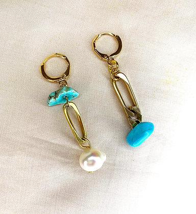 Boucles d'oreilles asymétriques ornées de pierres et perle