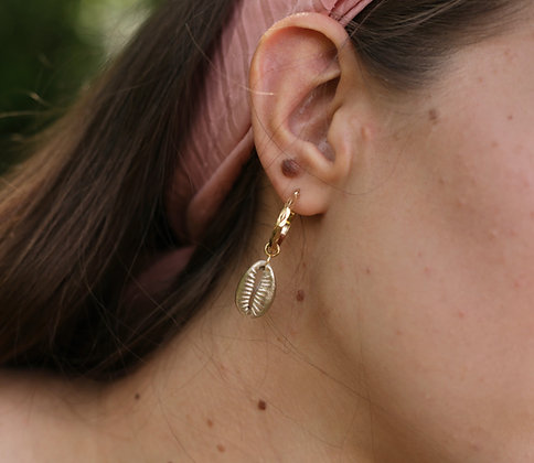 Créoles asymétriques ornées de perles et coquillage