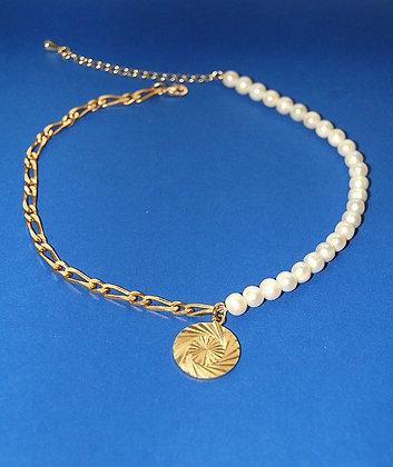 Collier mi-chaîne mi-perles orné d'un pendentif