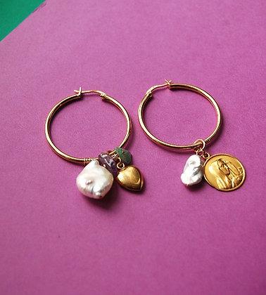 Créoles asymétriques ornées de perles, pierres et pendentifs