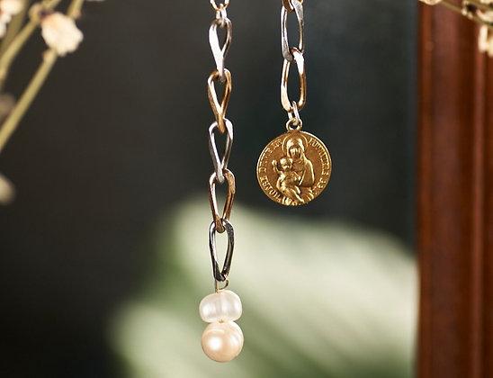 Boucles d'oreilles longues ornées d'une médaille et de perles