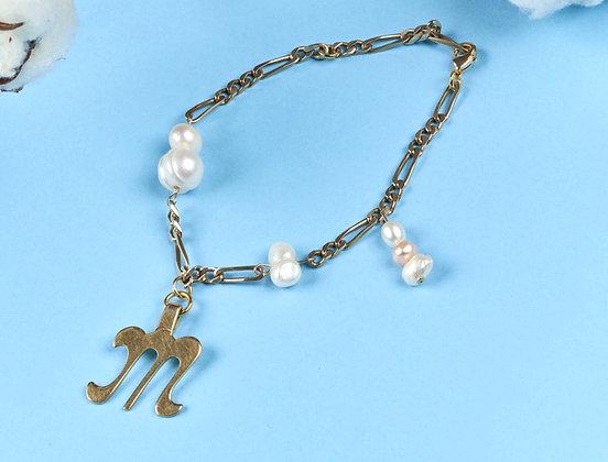 Bracelet orné d'un pendentif M et de perles
