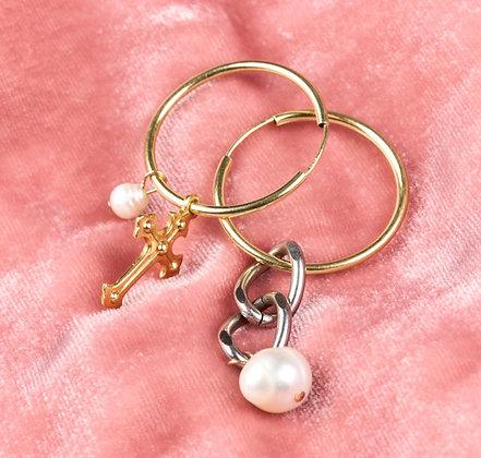 Créoles asymétriques ornées d'une croix et perles