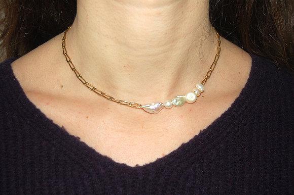 Collier orné de cinq perles