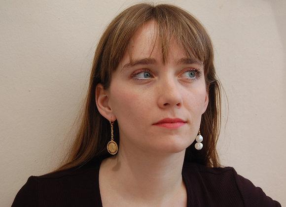 Boucles d'oreilles ornées d'une médaille et de perles