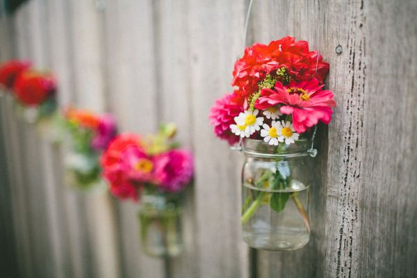 Ideas hang mason jars on fence with flowers decorate yard outdoor spring flowers easy simple fence decor