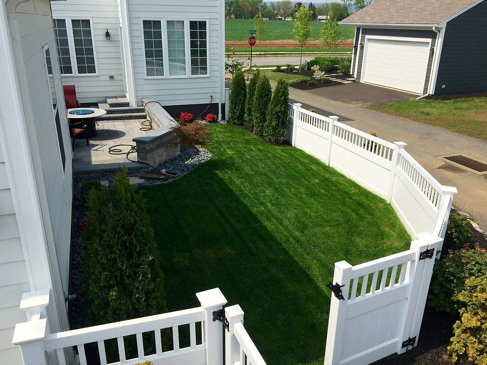 small-yard-landscape-4-foot-high-yorktown-privacy-vinyl-fence-mechanicsburg-pa-walden-development
