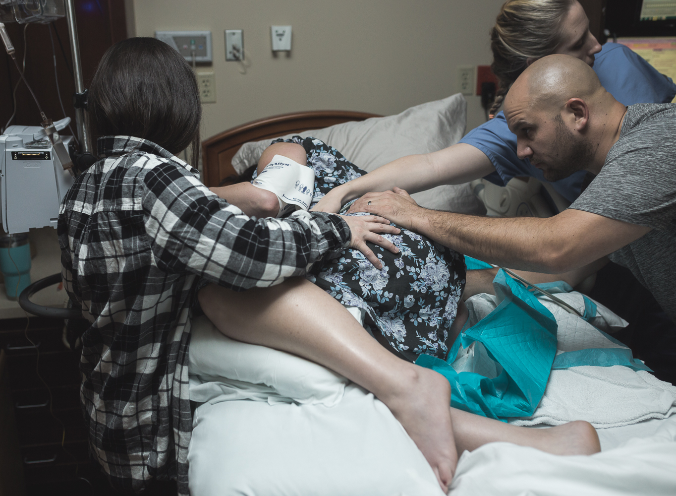 Oklahoma Doula Anna Rhodes with First Embrace Birth Services relieving mom of labor pains