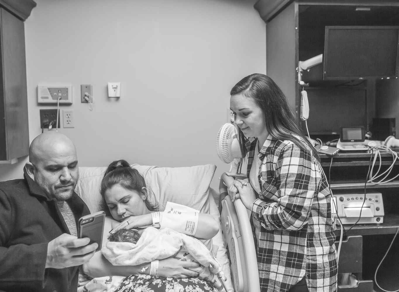 Birth Photographer in Oklahoma City gets shot of Doula doting over new family