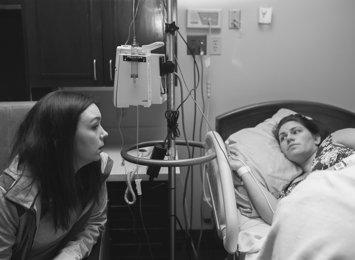 Anna Rhodes, birth doula in Oklahoma, talking with her client during labor