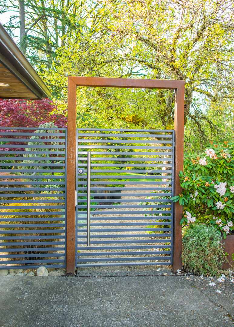 GATE WITH PRIVACY SCREEN
