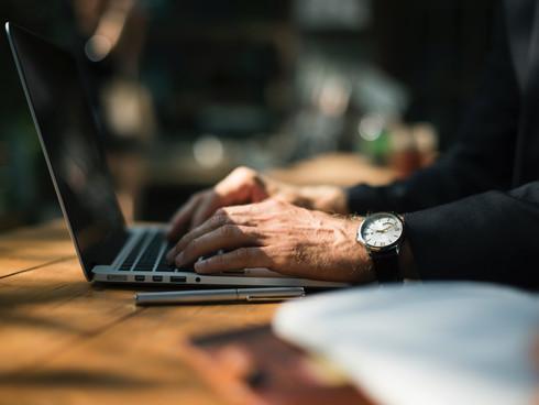 Empleo, Educación y entrenamiento en computadoras.