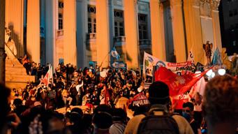 Protesto contra cortes no orçamento da UFRJ reúne milhares de pessoas no Rio