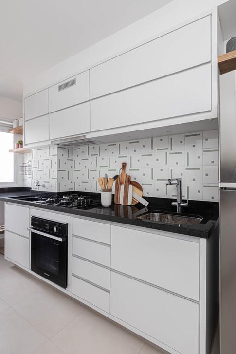 Cozinha - Apto de um jovem casal com elementos industriais e pontos de cor