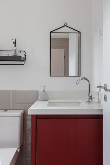 Banho Social - Apto de um jovem casal com elementos industriais e pontos de cor