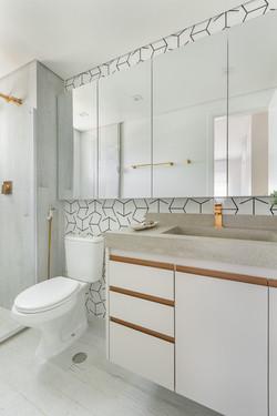 Banho Máster - Primeiro apto de um jovem casal com elementos naturais e referências urbanas