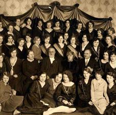 S!k! Līga ar goda filistriem (no kreisās Mariju Gubeni, Jāzepu Vītolu, Elizabeti Francmani un Jēkabu Kārkliņu), 1930. gads