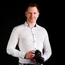 Fotograf ślubny z aparatem na czarnym tl