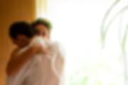 Przytuleni nowożeńcy- piękna Panna Młoda uśmiechnięta