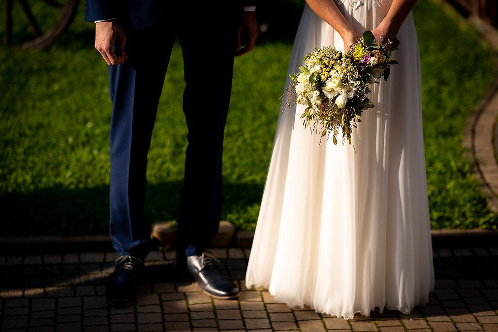 Para Młoda przed wejściem do lokalu weselnego