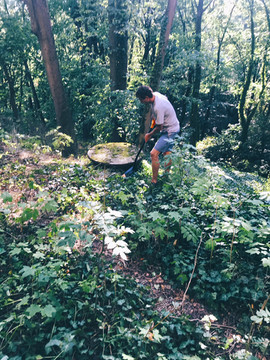 Jirka Pavliš, kopající jímku k zámku.