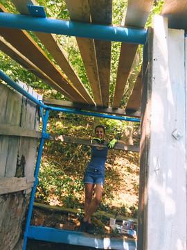 Petra Horváthová natírala střechu kozího chlívku.