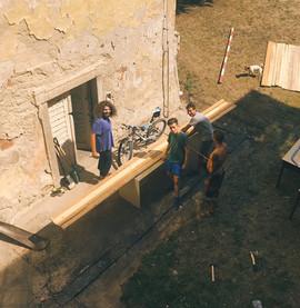 Jirka, Marek Lipš, Jirka Pavliš a Dan řezali dřevo na kozí chlívek.