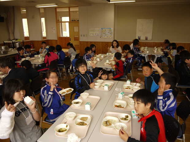知小2018-知内の給食を一緒に食べました。