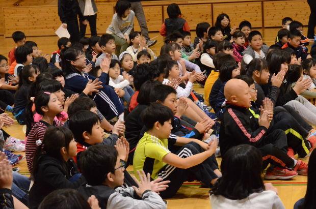 知小2018-2年生町たんけんの発表で温かい拍手を送る子供たち