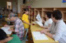 学校運営協議会 休み中の学習会での〇付け支援の様子